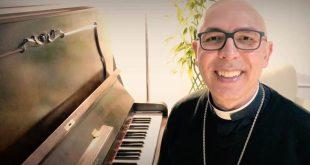 """Durante 10º Simpósio das Famílias, bispo lança música """"É tempo de cuidar"""""""
